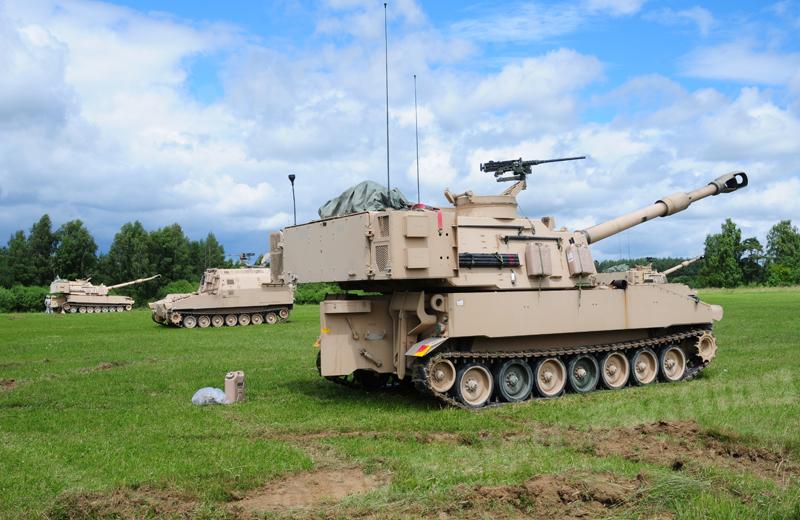 us-artillery-m109a6-004